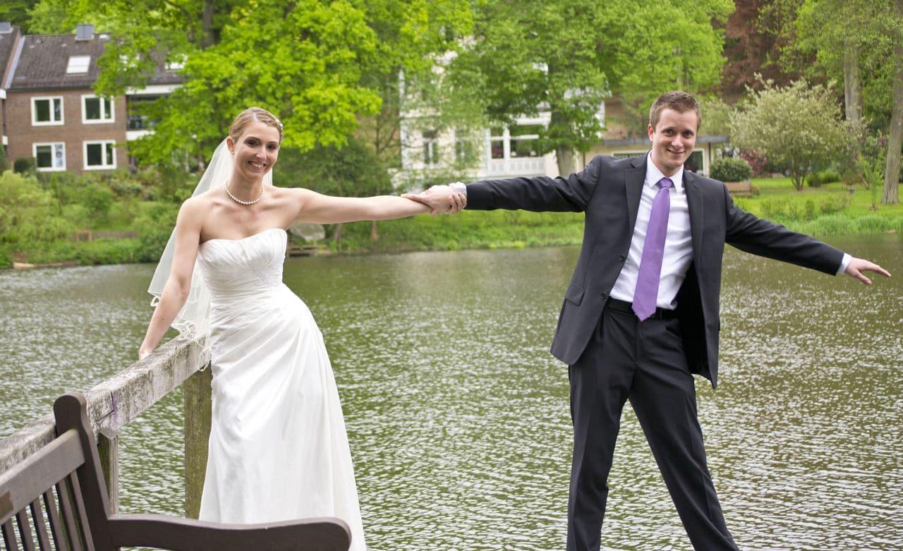 tanzendes Brautpaar am See