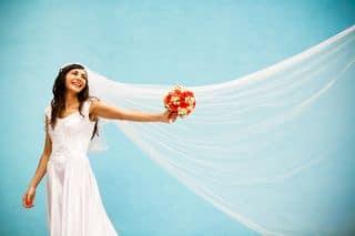Braut mit Schleier und Strauß