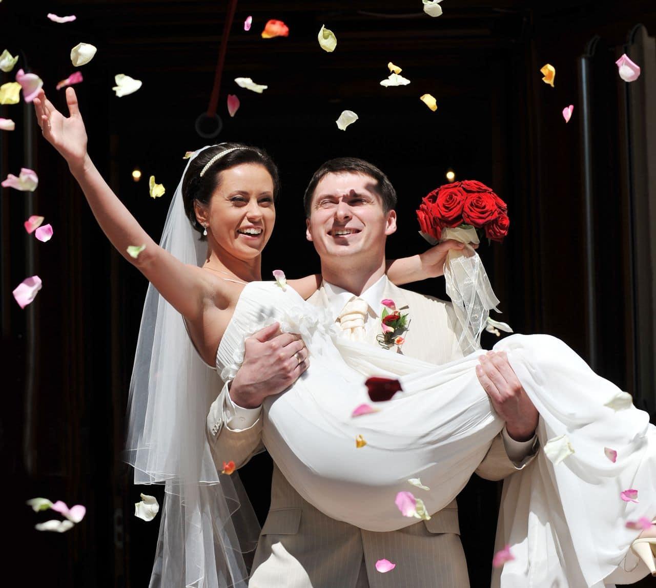 Brautpaar im Blütenregen