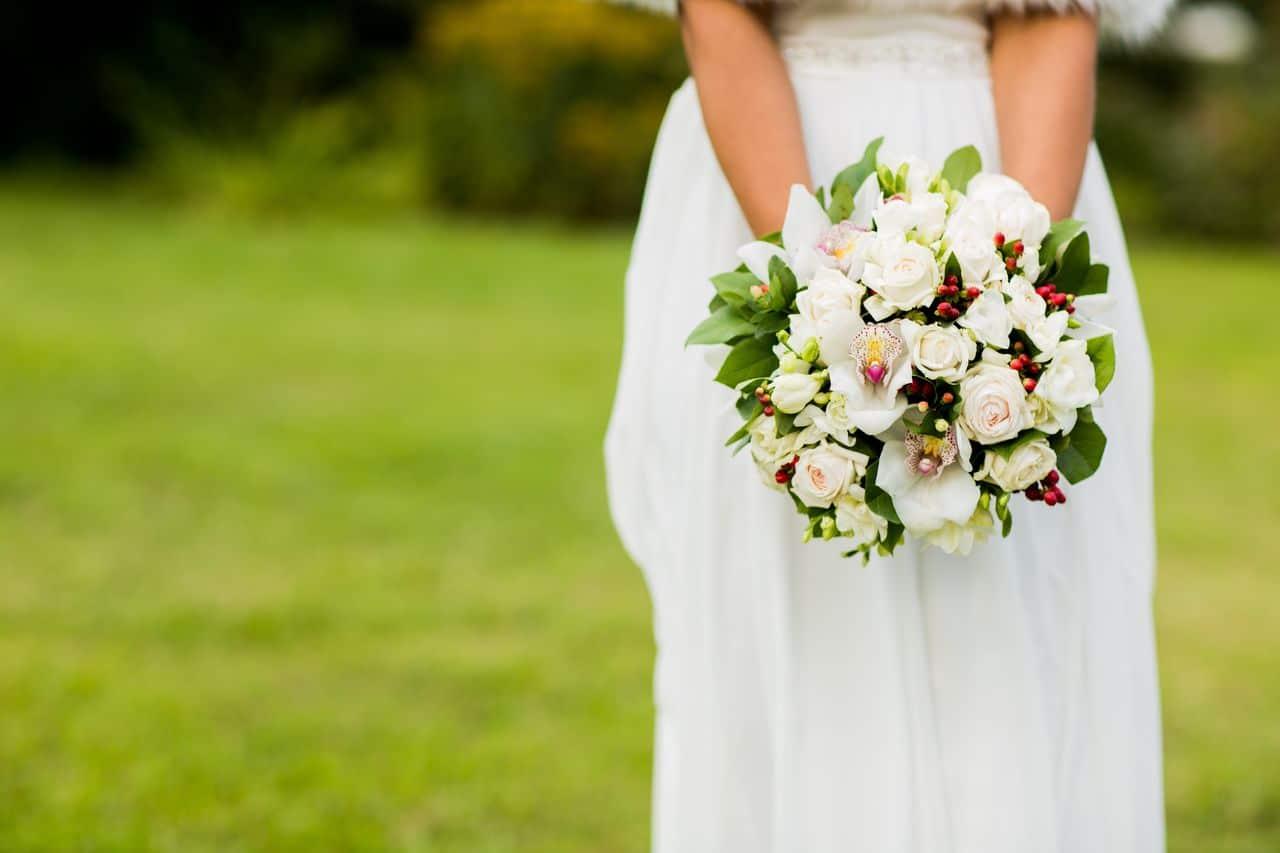 Braut im Grünen mit Strauß