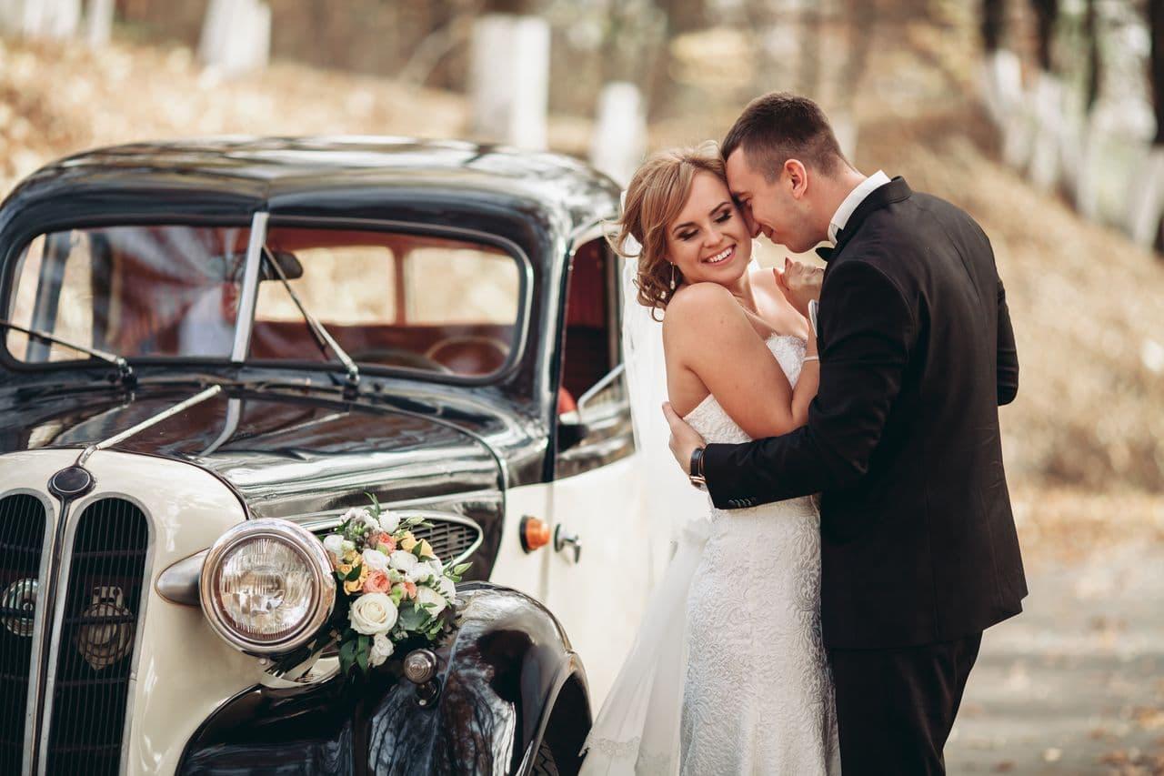 Brautpaar mit Oldtimer