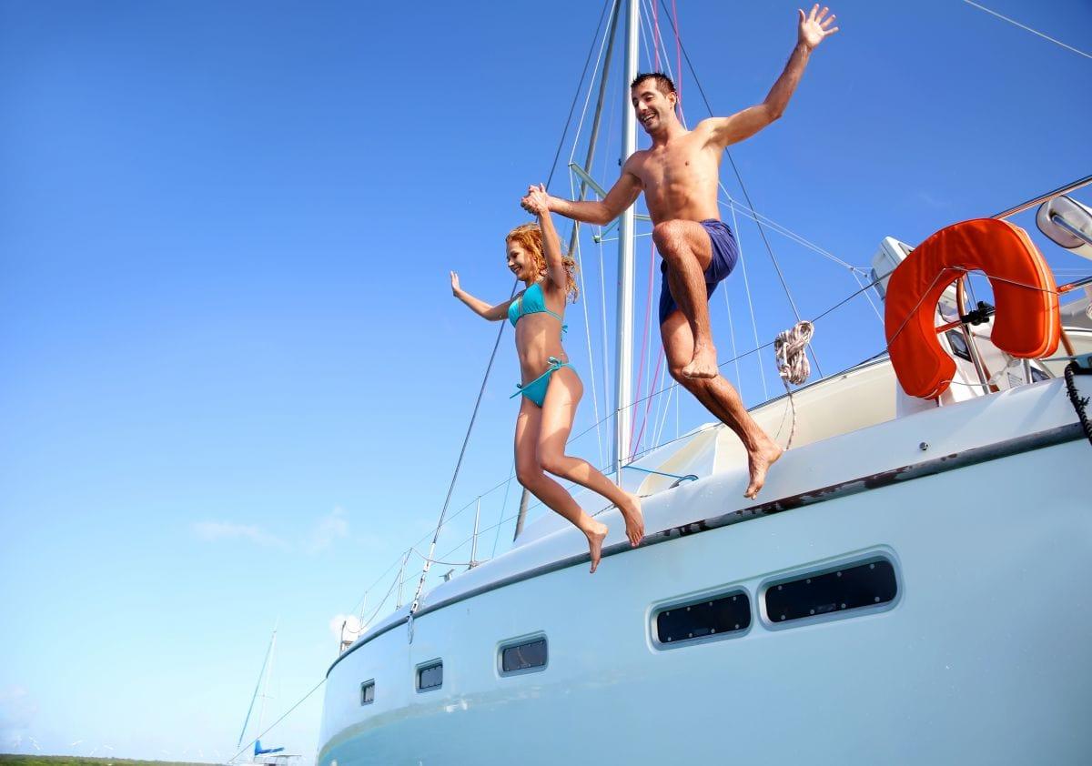 Brautpaar springt vom Boot ins Wasser