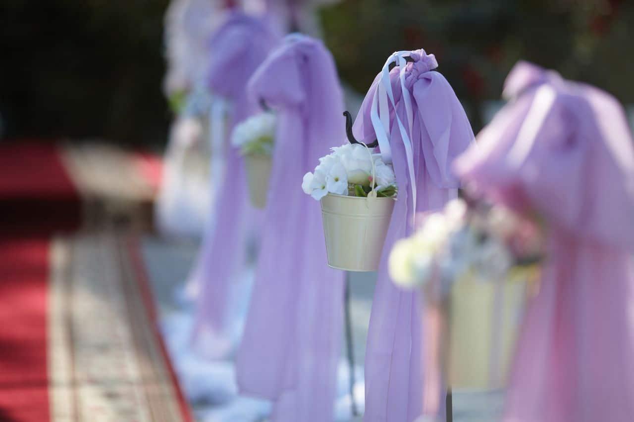 lila Dekoration mit Blumen