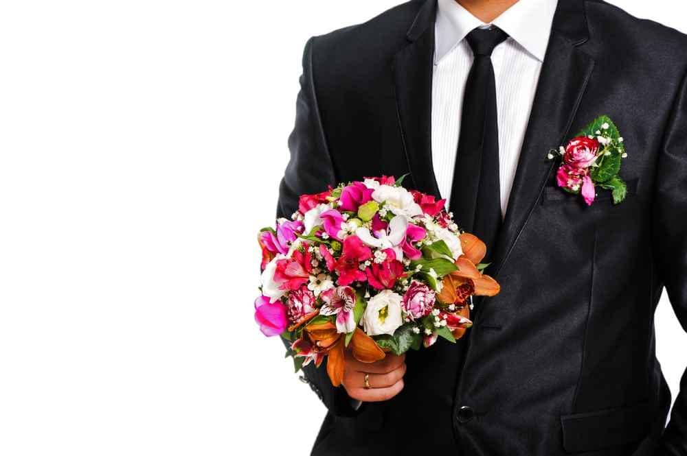Bräutigam mit Brautstrauß