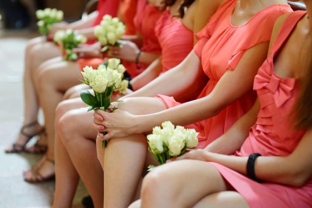 Brautjungfern mit Blumenstrauß
