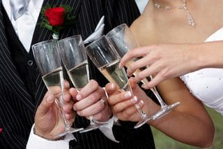 Brautpaar stößt mit Gästen an