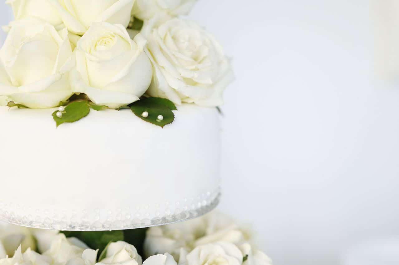 weiße Hochzeitstorte mit weißen Rosen