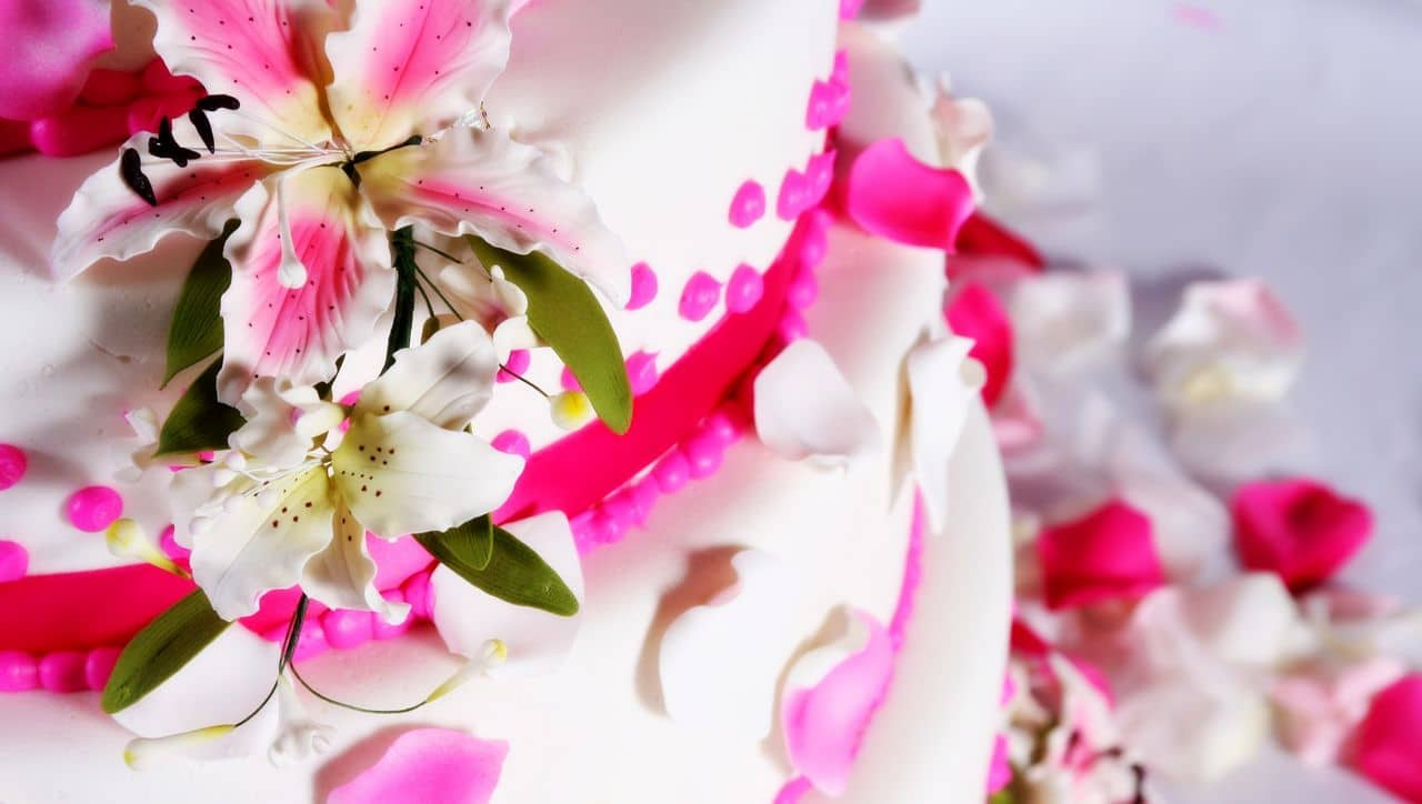 Hochzeitstorte rosa dekoriert mit Blumen