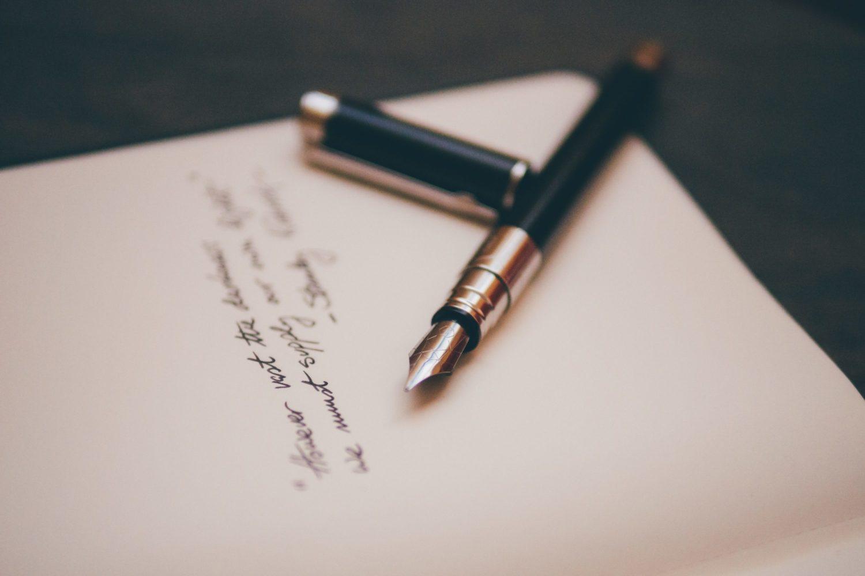 Füller auf einem Blatt mit einem Zitat