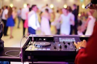 DJ Pult mit Blick auf die Tanzfläche