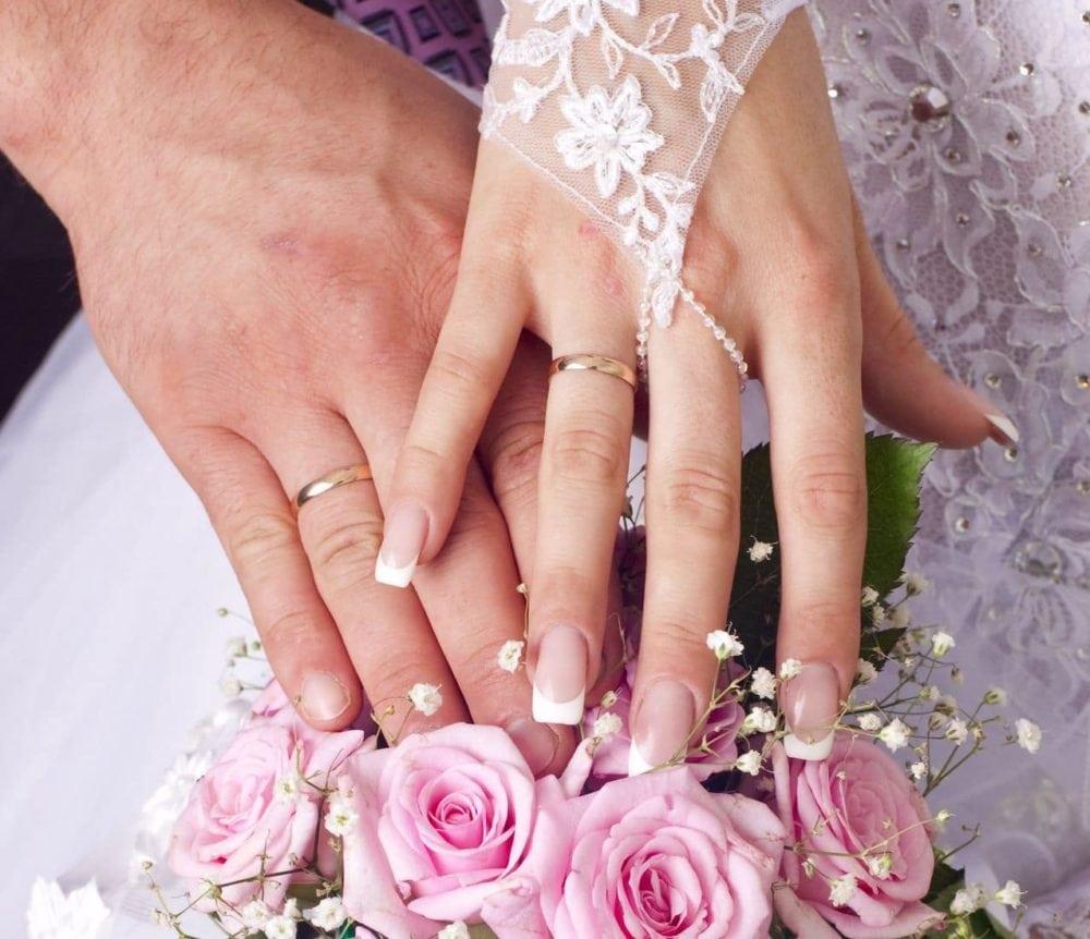 Hände vom Brautpaar mit Eheringen
