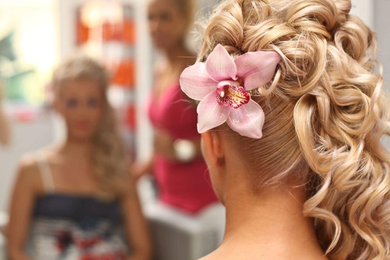 Brautfrisur mit Locken und Blumen