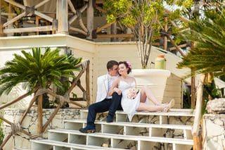 Brautpaar auf einer treppe