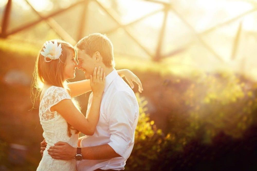 Paar vor einer Brücke Sonnenstrahl