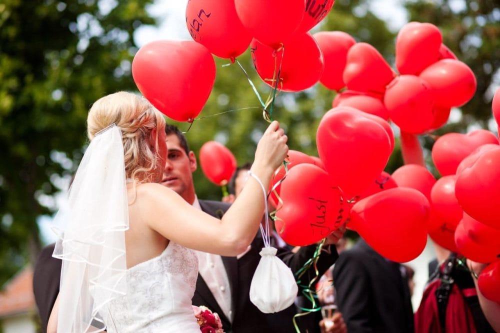 Brautpaar mit Herzluftballons