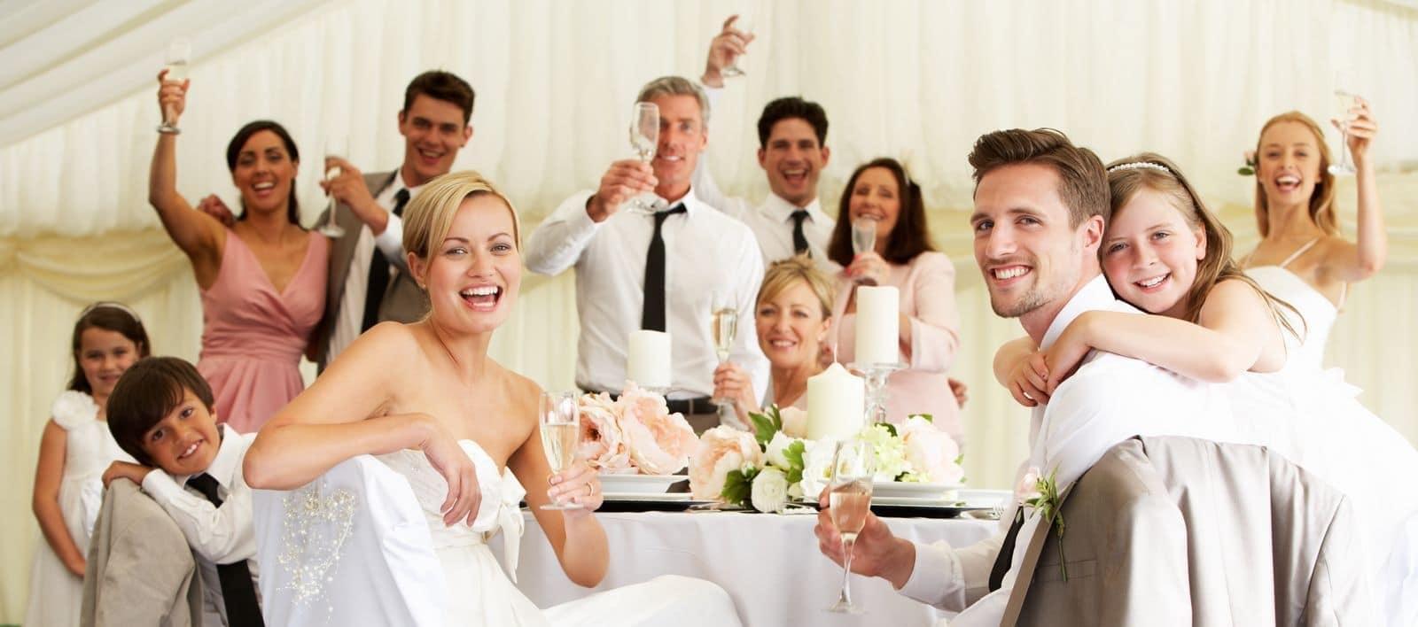 Brautpaar mit Gästen