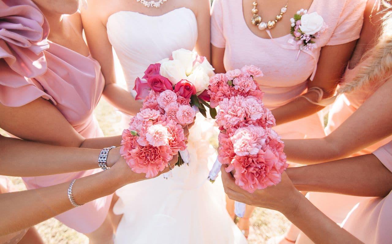 Braut mit Freundinnen Strauß