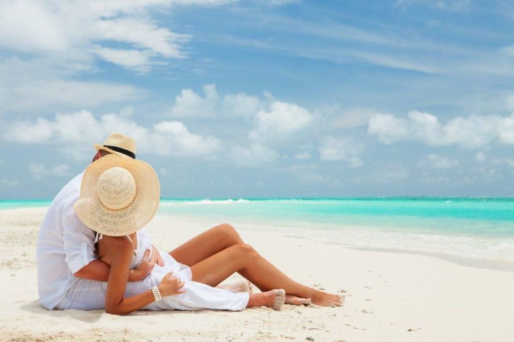 Paar am Strand auf den Malediven
