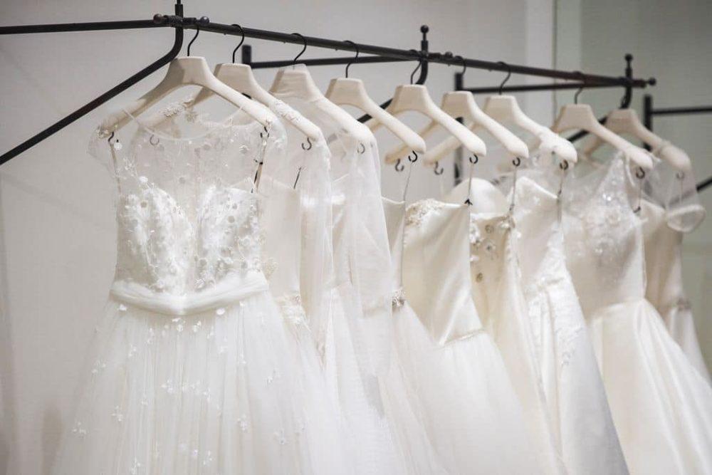 Brautkleider auf einer Kleiderstange