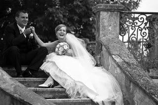 Brautpaar sitzt auf einer Treppe