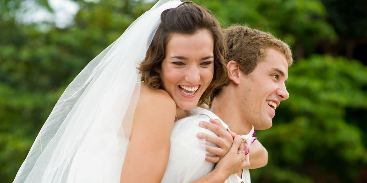 Glücklich lächelndes Paar