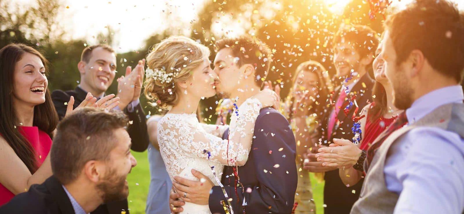 Hochzeitsfeier Brautpaar Gäste Kuss