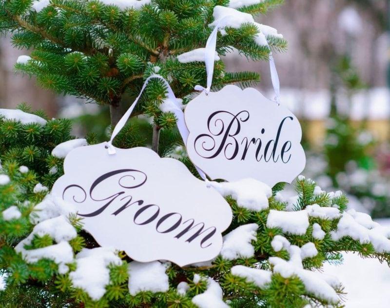 Braut und Brätigam Schil an einer verschneiten Tanne