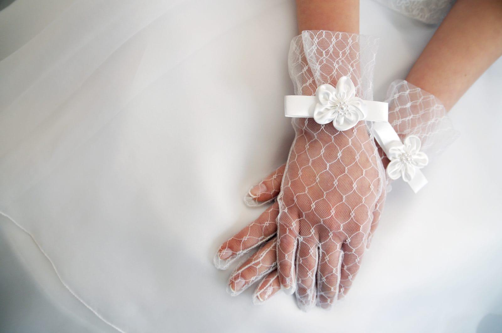 Braut mit Handschuhen