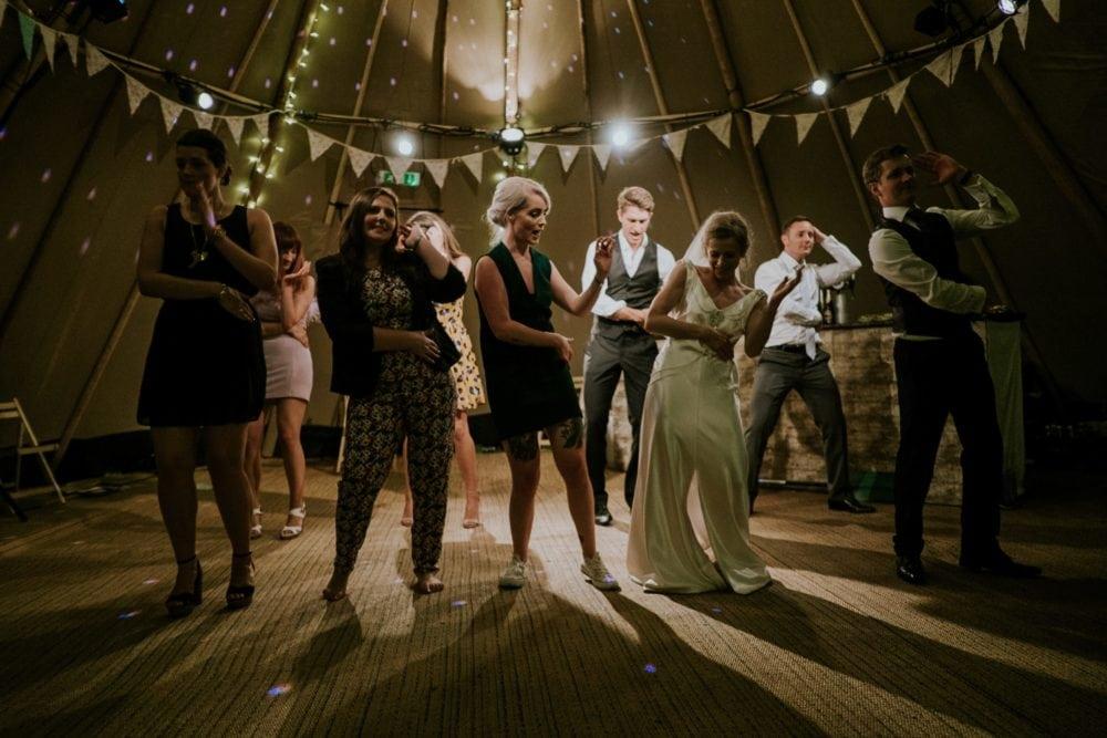 Brautpaar tanzt mit Gästen