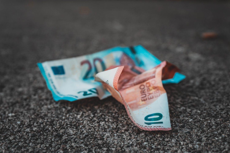 2 Geldscheine auf derm Boden