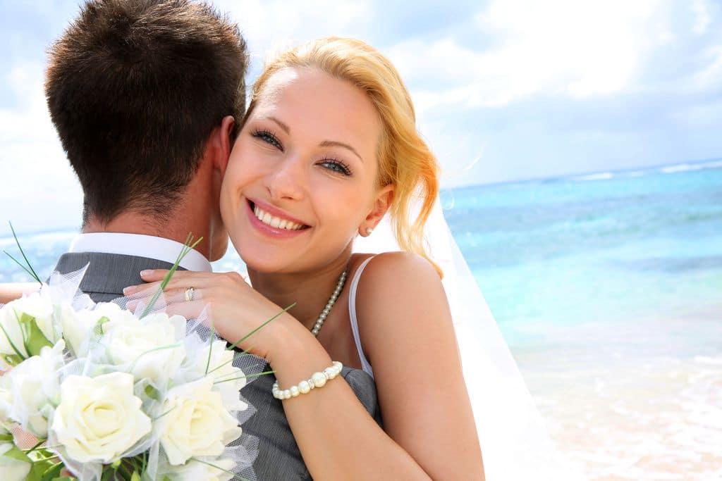 Brautpaar am Strand Flitterwochen