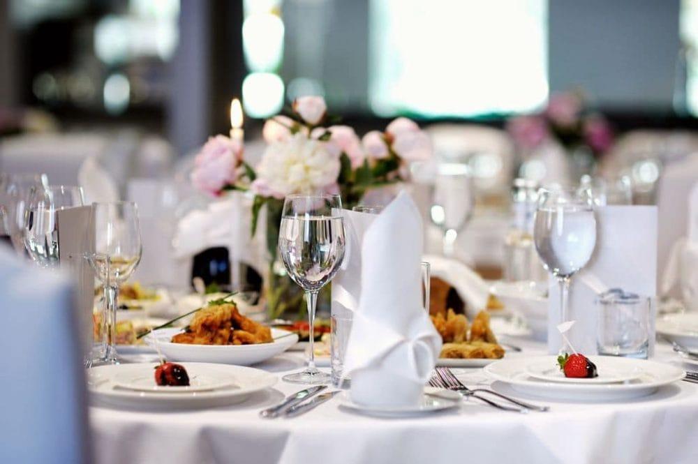 Hochzeitslocation eingedeckter Tisch