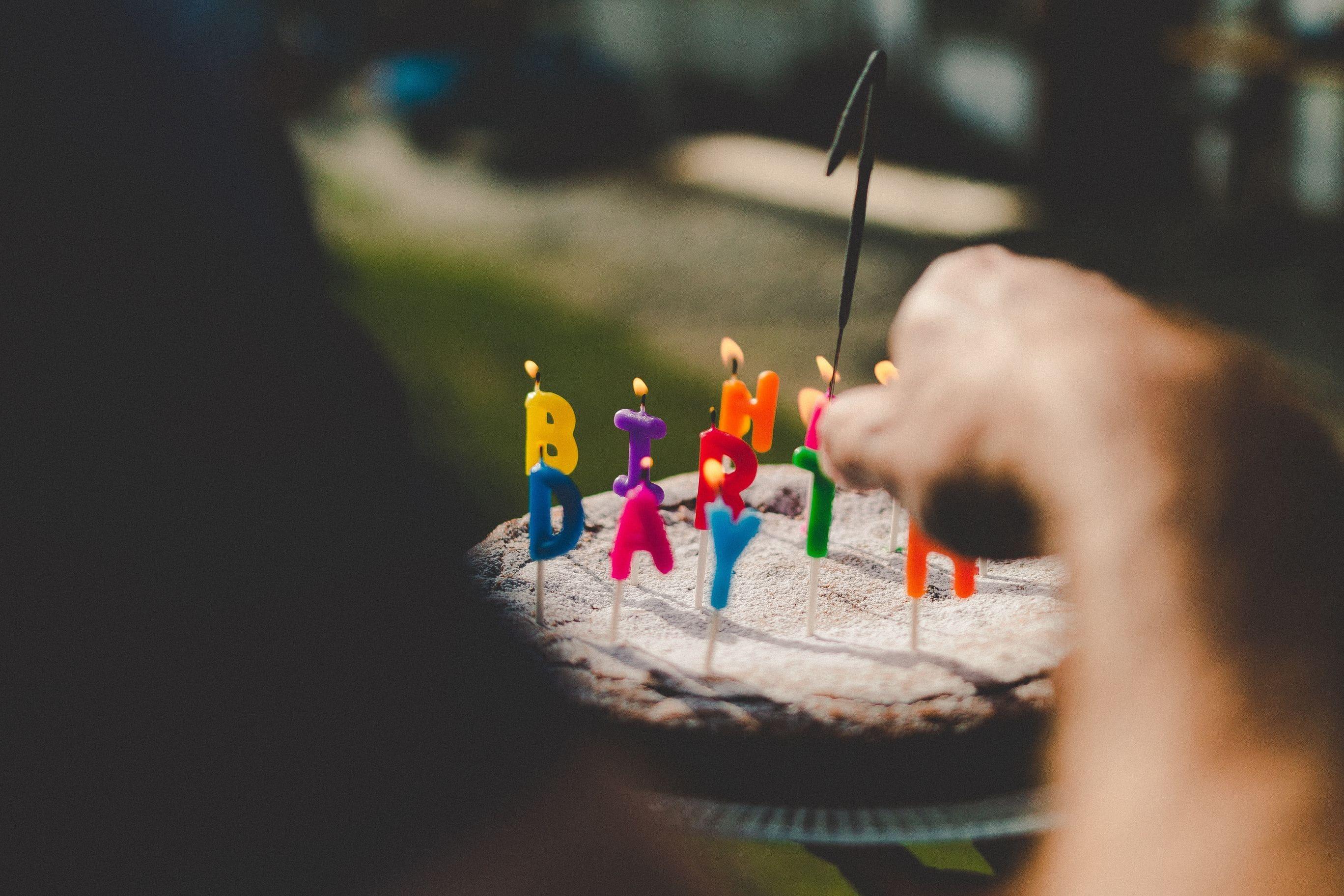 Anzünden der Kerzen auf dem Geburtstagskuchen