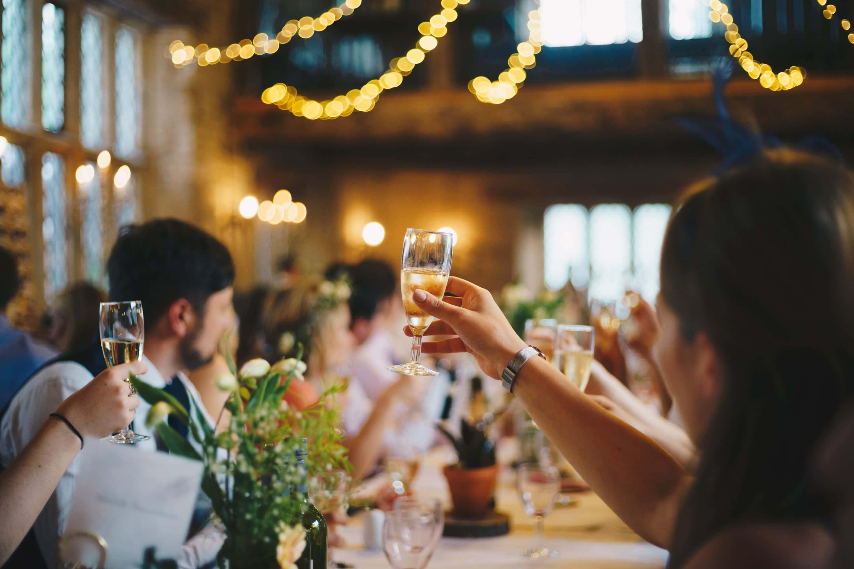 Gäste erheben ihr Glas