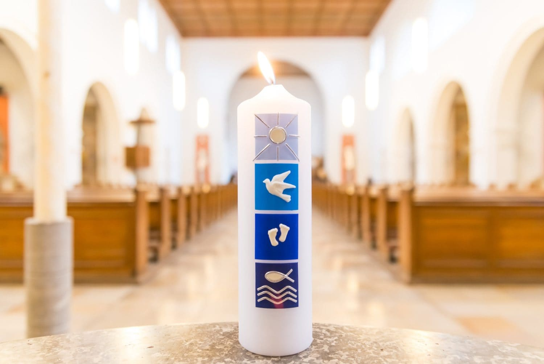 Die Taufkerze wird nach der Taufzeremonie überreicht.
