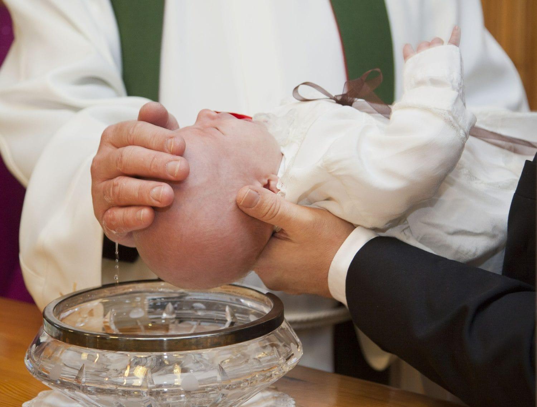 Die Taufzeremonie ist das 2. Element im Ablauf einer Taufe